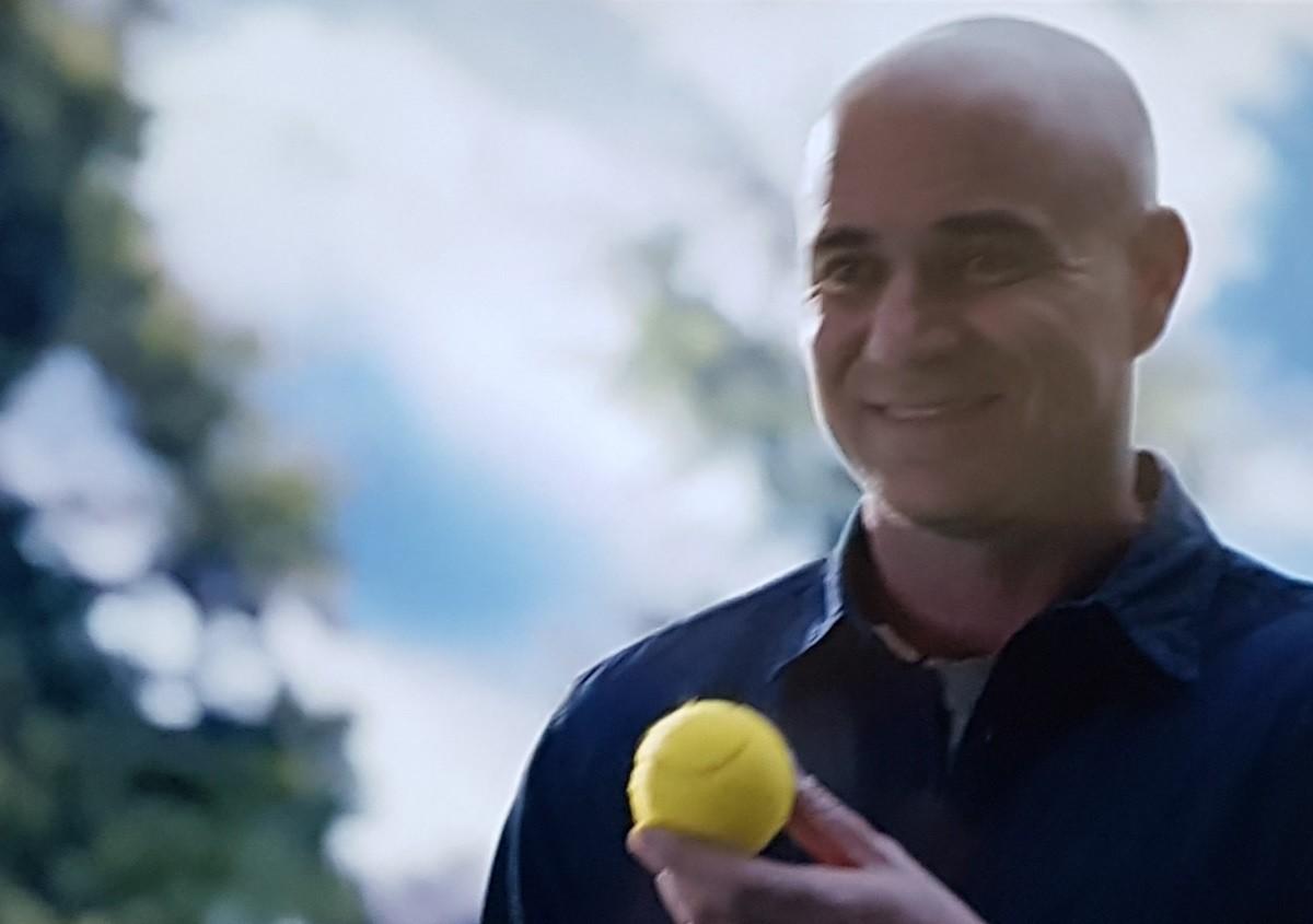 mężczyzna z piłką tenisową - fragment reklamy Longines