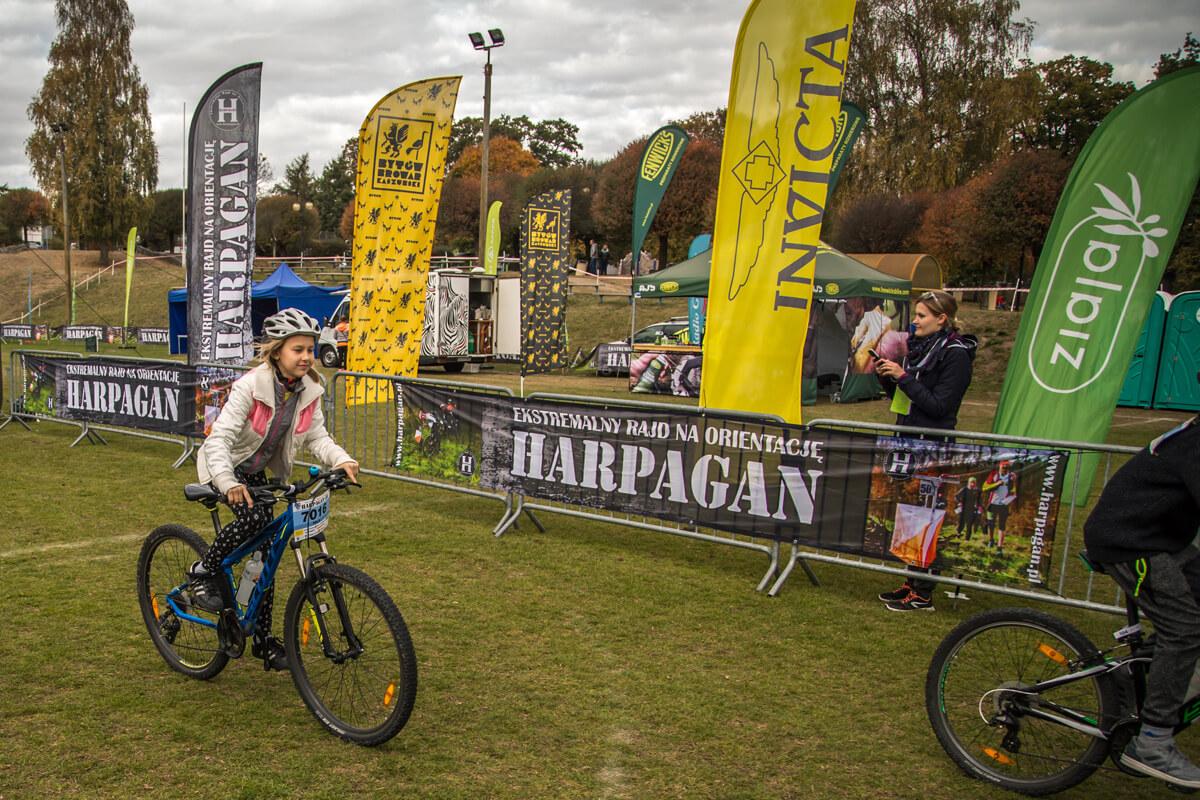 Mała rowerzystka - uczestniczka kategorii dziecięcej rajdu Harpagan