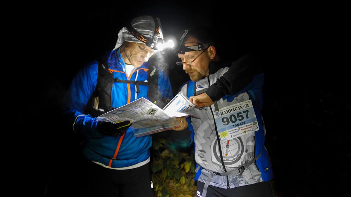 Dwójka uczestników prowadząca naradę nad mapą